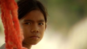 foto menina com corda vermelha
